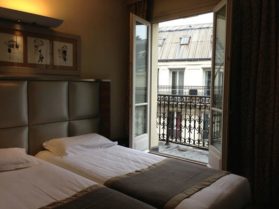 Hotel Berne Opera: room with shutters open