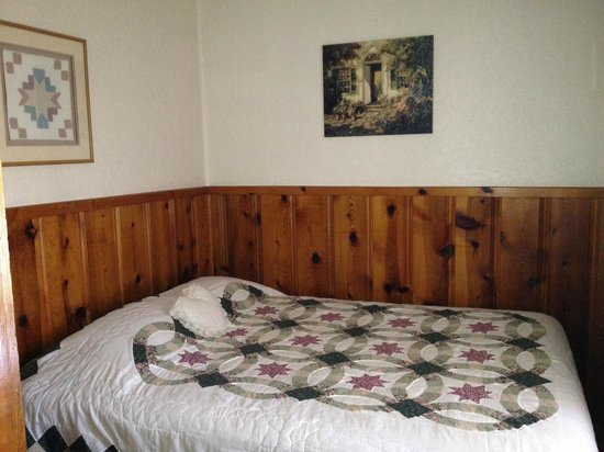 Idle Hour Lodge:                   Bedroom - cabin # same as others                 