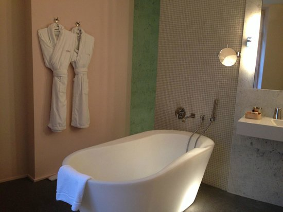 Hotel Via Mokis: another view of bathroom with entrance of shower