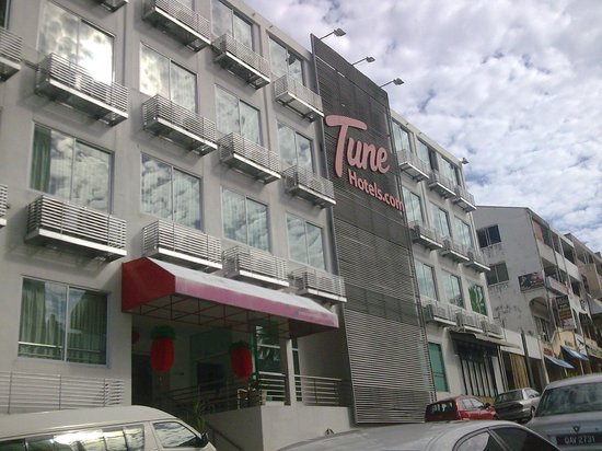 Tune Hotel Waterfront Kuching, Sarawak: the exterior..very simple..