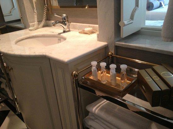 โรงแรม ริกซอส เปรา อีสตันบูล:                   bathroom setup