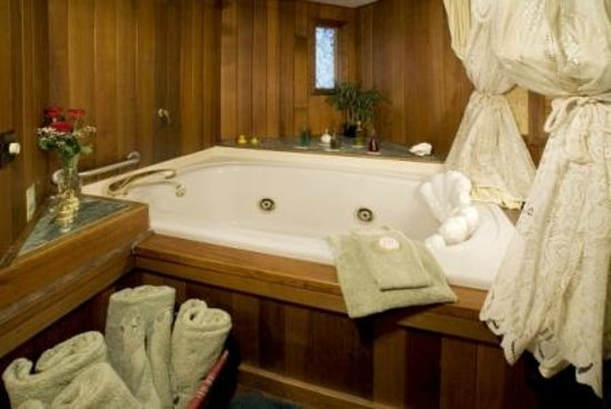 Sandlake Country Inn : Timbers Suite Double Jetted Tub for 2