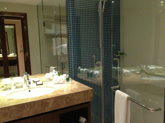 InterContinental Regency Bahrain: Modern bathroom