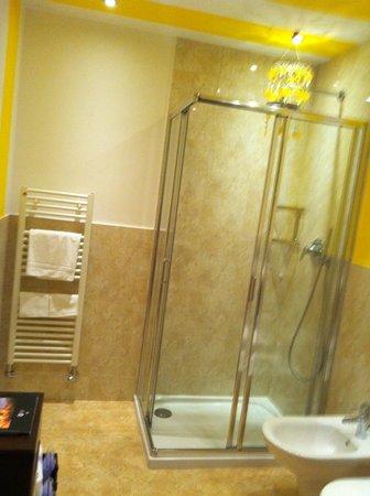 AD Place Venice:                   Sunshine Yellow Bathroom - Purple Suite