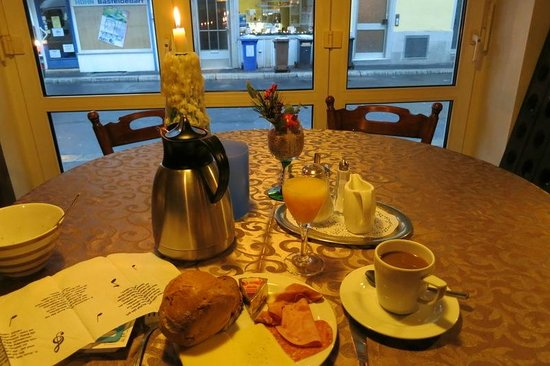 Hotel Dortmunder Hof Garni: Breakfast table