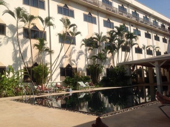 Mercure Vientiane:                   12 Liegestühle am Pool für das gesamte Hotel