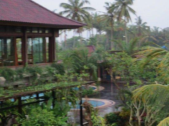 Bhuwana Ubud Hotel: dining and pool area