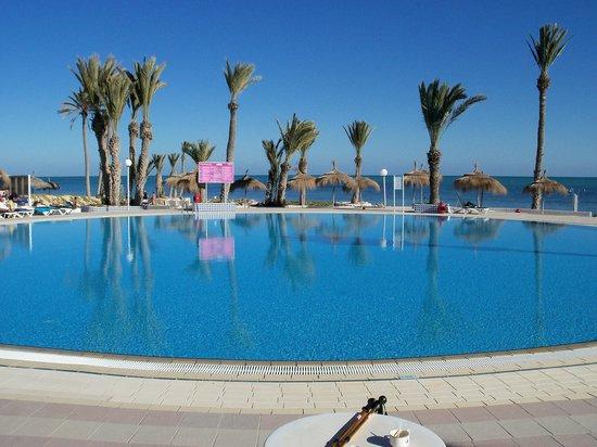 El Mouradi Djerba Menzel: piscine bord de mer