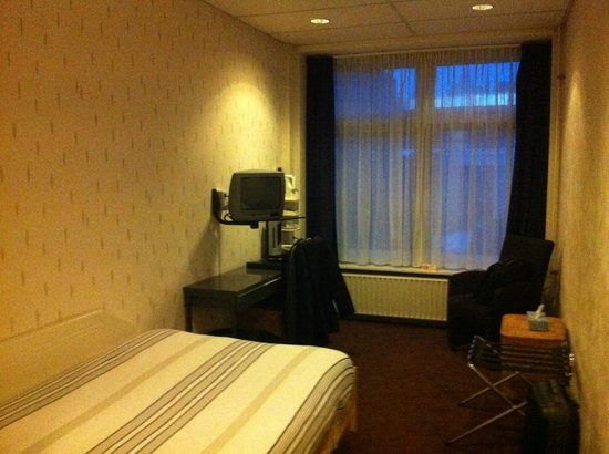 Hotel Leeuwenbrug: A very small, dim, cold room