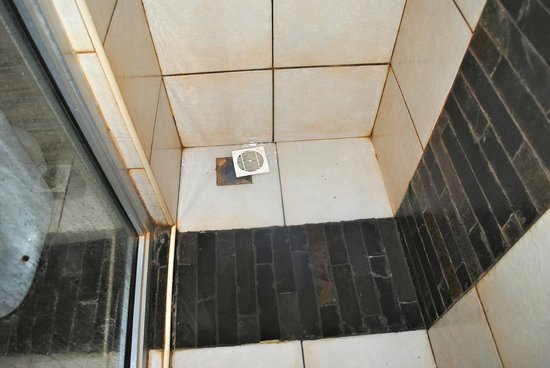 Voi Safari Lodge: The shower recess - can do with a bit of a unblocking