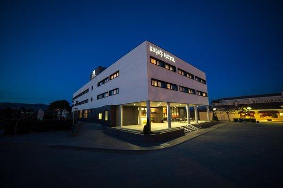 Vista nocturna Brea's Hotel