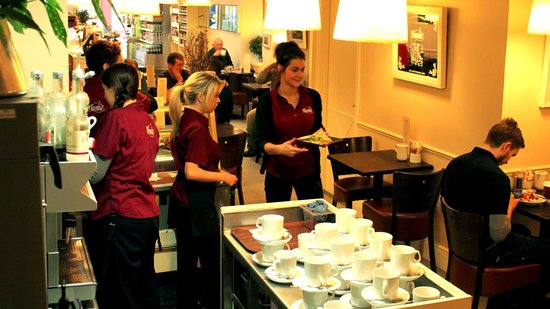 Niamhs Restaurant and Delicatessen: Bustling Restaurant