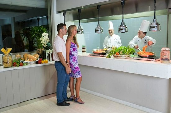 Asterias Beach Hotel: Show Cooking, Restaurant