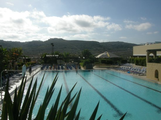 Mellieha Holiday Centre : Pool with view to Mellieha