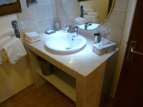 Les Palmiers De La Cite :                   Clean, up to date bathroom.