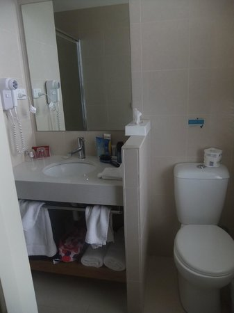 Ibis Styles Melbourne, The Victoria Hotel:                   Modern bathroom