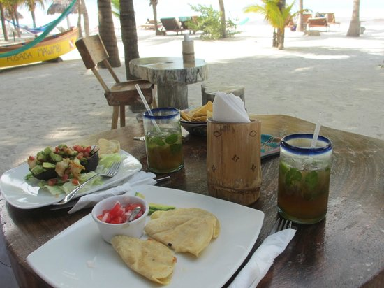Holbox Hotel Mawimbi: lunch with mojito's