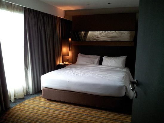 Golden Tulip Mandison Suites:                   bed