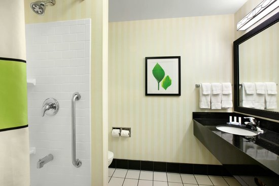 Fairfield Inn & Suites Marietta: Modern bathroom with Paul Mitchell Products