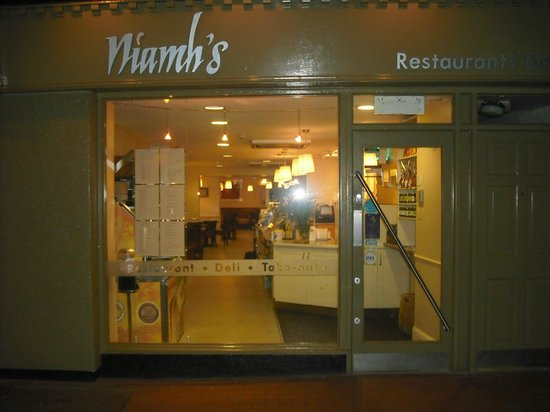 Niamhs Restaurant and Delicatessen: Niamh's at night