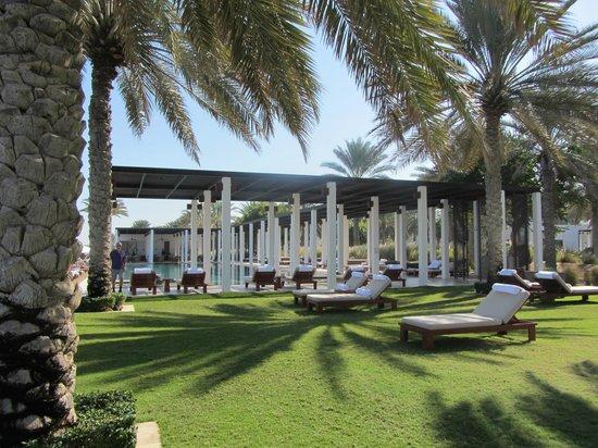 The Chedi Muscat – a GHM hotel: Espace jardin autour de la piscine !