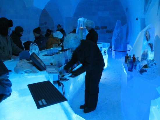 ‪‪Icehotel‬:                   Ice Bar