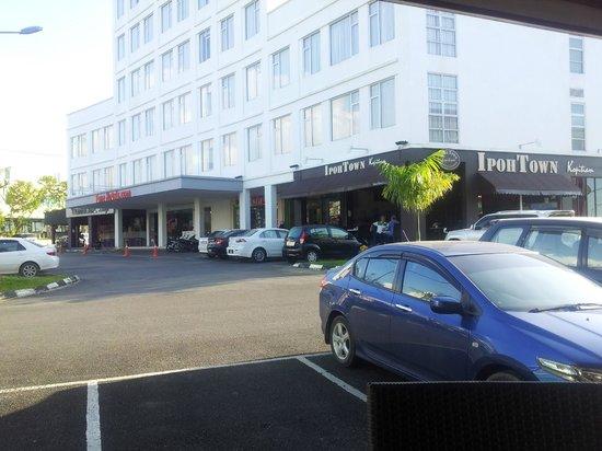 101 Hotel Bintulu:                   Hotel exterior