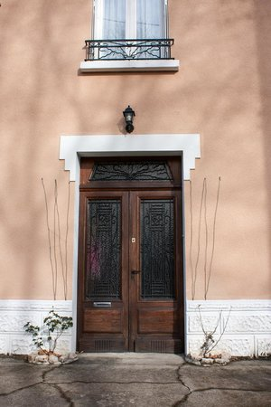 Au Petit Verger: Front door