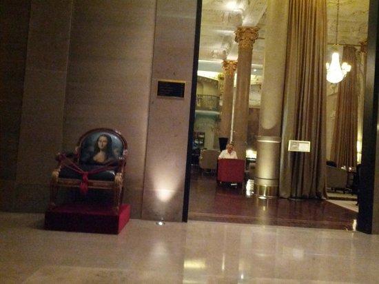Savoy Hotel:                   cadeira com desenho da Mona Lisa e ao fundo loby bar