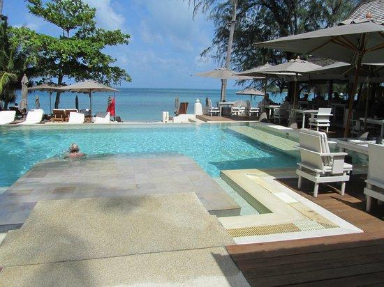 SALA Samui Choengmon Beach Resort:                                                       piscina y comedor a la derecha