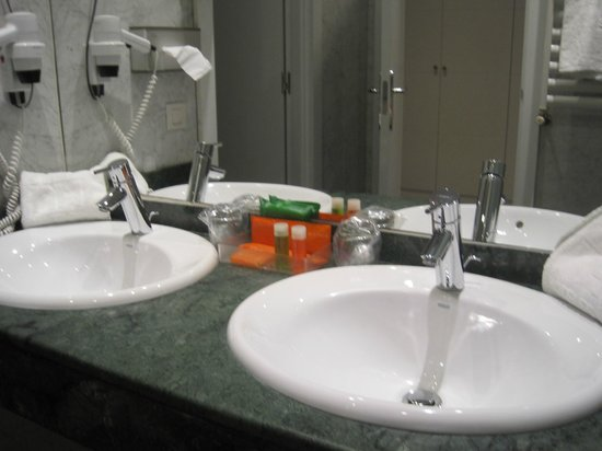 NH Collection Villa de Bilbao : Detalle del baño