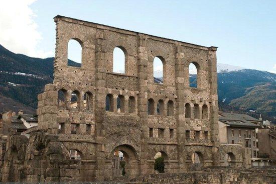 Hotel Chalet Des Alpes: Aosta Roman ruins