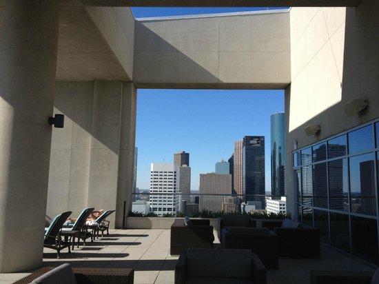 Hilton Americas - Houston:                   Terrasse extérieur de la piscine