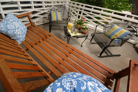 Southmoreland on the Plaza: Outdoor Deck with a Porch Swing