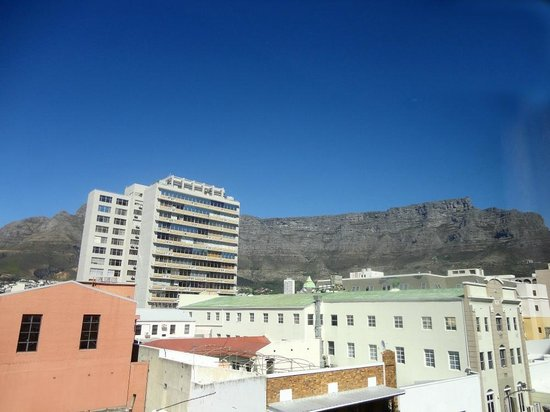 Urban Chic Boutique Hotel: The Table Mountain from our room.