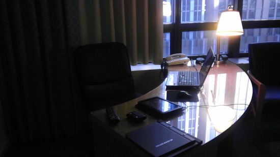 The Marquette Hotel, Curio Collection by Hilton:                   Cold Desk Near Drafty Window