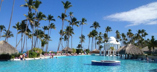 Paradisus Palma Real Golf & Spa Resort:                   The main pool was beautiful and right next to the beach