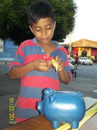 Calle La Calzada: locals selling handicrafts