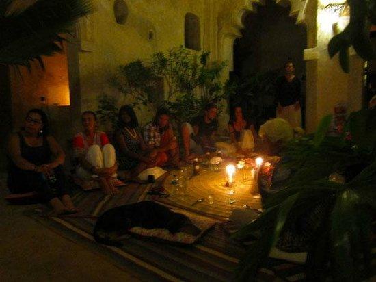 Karkadeh Restaurant : Swahili way - we eat on the mat.