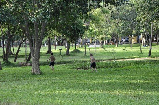 Amaya Lake:                   Parque del Hotel sobre el Lago