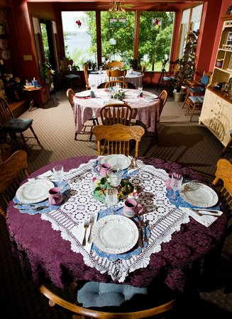 Red Bud Cove Bed and Breakfast Suites: Breakfast with a View