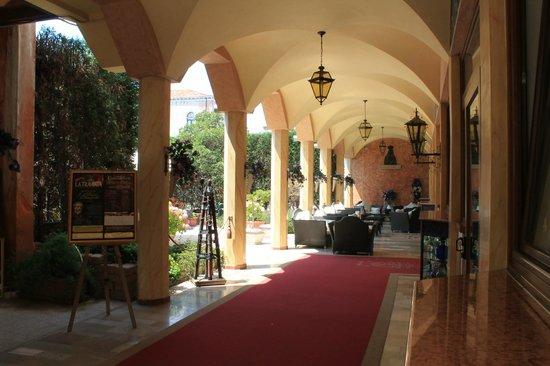 Hotel Belle Arti:                   Ingresso con spazio esterno/zona relax.Nella bella stagione ad uso anche per c