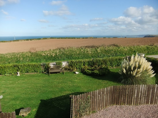 Bigni Holiday Cottages Mwnt: view out across the garden
