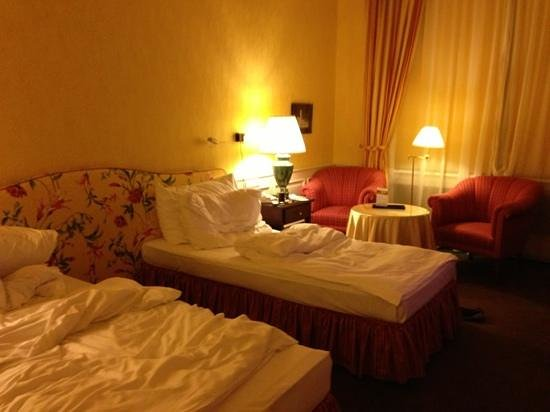 Le Palais Art Hotel Prague: Our lovely big twin room