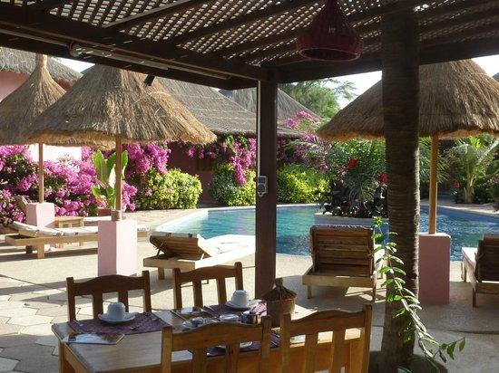 Casa Coco: En primer plano la terraza del restaurante; al fondo, las habitaciones