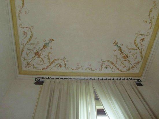 palazzo carradori:                   particolare del soffitto camera 9