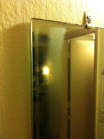 Rodeway Inn Miami Airport :                   La propreté du miroir dans la chambre