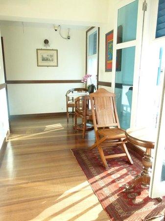Perak Hotel: Street front corridors