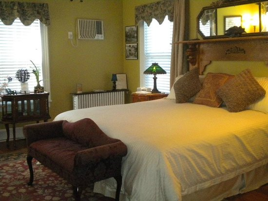 Stirling House Bed and Breakfast: The Greenport Room
