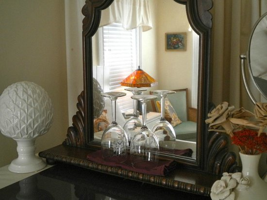Stirling House Bed and Breakfast: Shelter Island Room reflections